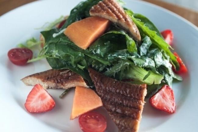 Салат с папайей, клубникой и угрем