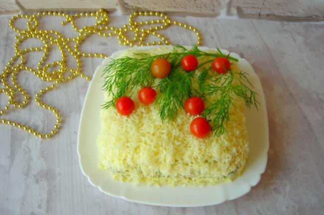 Новогодний слоеный салат с кальмарами, картофелем и оливками