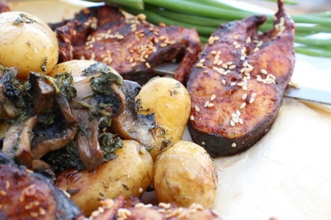 Пеленгас на углях с молодой картошкой и грибами в фольге