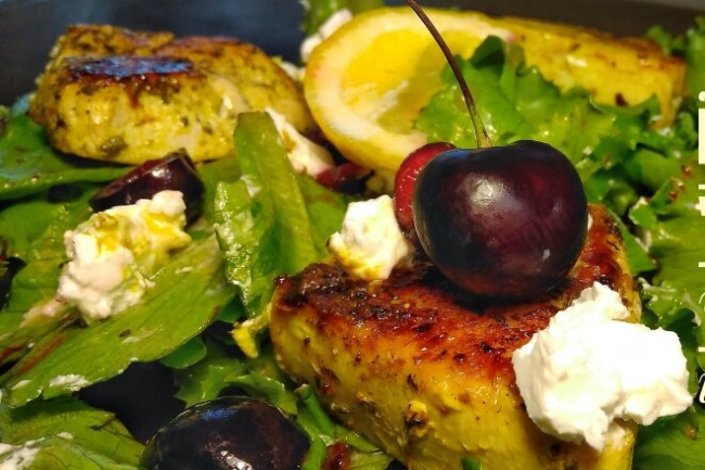 Салат с черешней, индейкой и брынзой