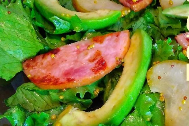 Салат с ветчиной, грушами и авокадо