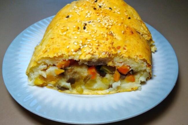 Картофельный рулет с овощами в духовке