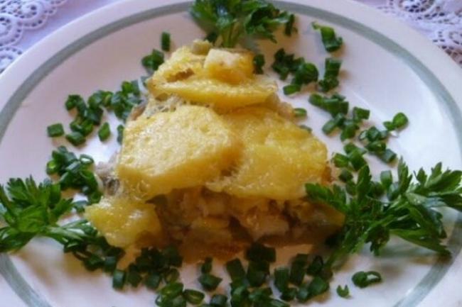 Запеченная мойва с картошкой и сыром