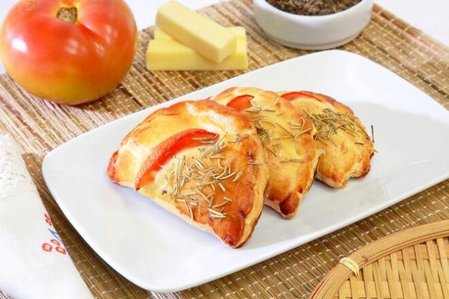 Мини-пиццы кальзоне с салями и рикоттой
