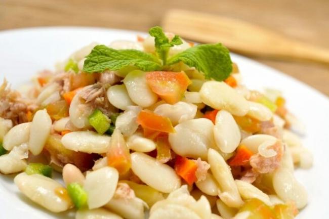 Салат из свиного сердца с фасолью и свежим огурцом