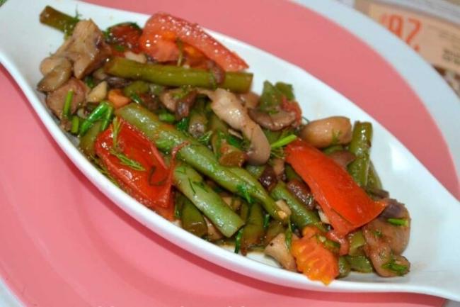 Теплый салат с говядиной, фасолью и помидорами черри