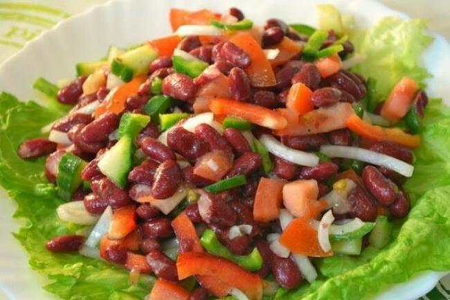 Салат с фасолью, говядиной и орехами