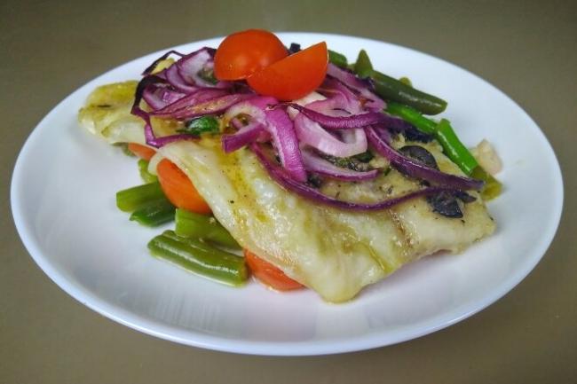 Рыба с маслинами, помидорами и стручковой фасолью по-провански