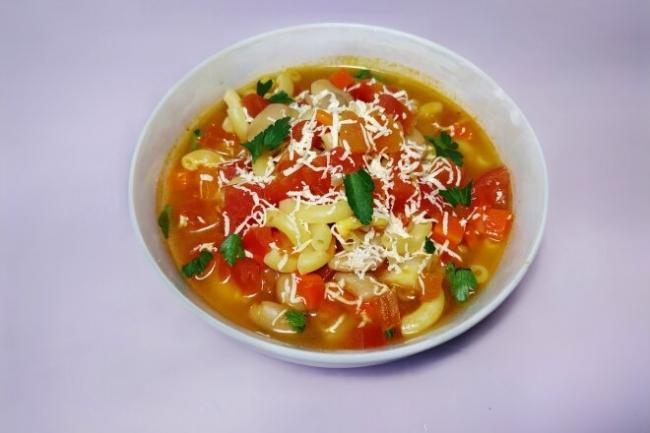 Суп с макаронами, консервированной фасолью и помидорами