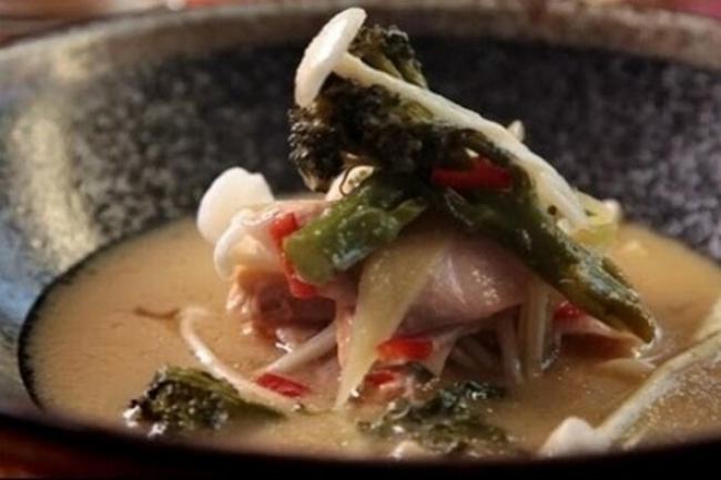 Мисо-суп с лососем и грибами эноки