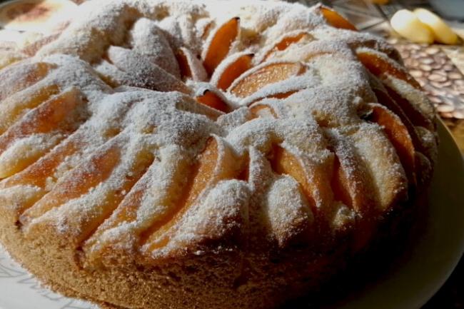Пирог с начинкой из свежих абрикосов