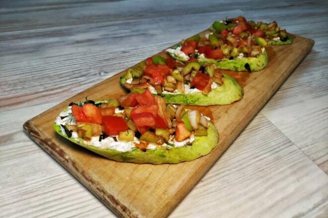 Жареные кабачки с овощами и сыром фета