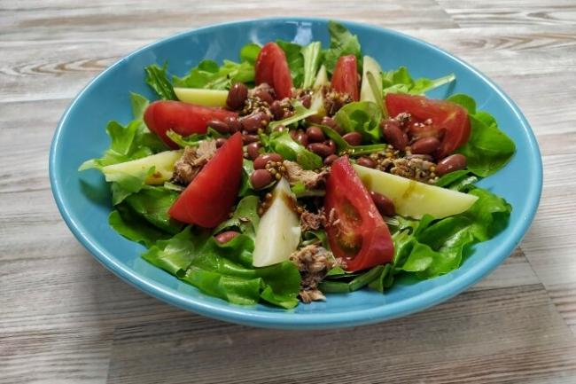 Салат из зелени с тунцом, фасолью и картофелем