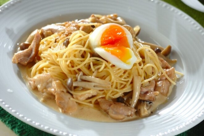 Спагетти с курицей и опятами в соусе