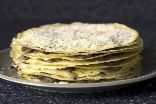 Блинный торт с грибами и моцареллой