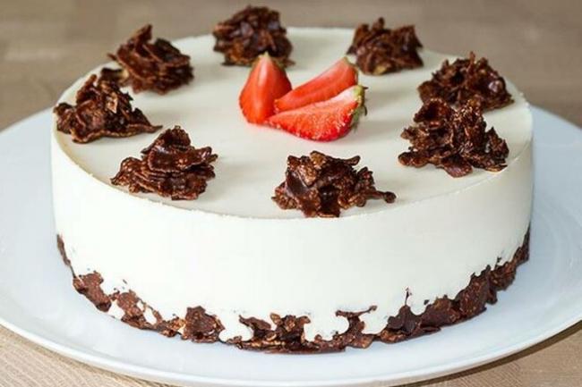 Творожный торт «Пломбир» с клубникой без выпечки