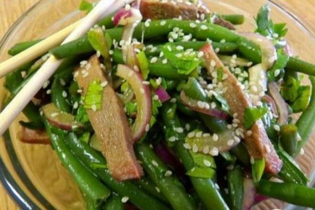 Салат с языком, стручковой фасолью и соевой заправкой
