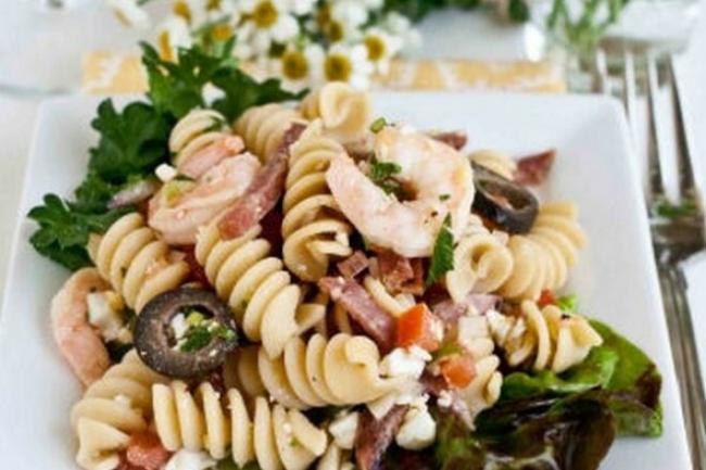 Салат «Цезарь» с пастой, креветками и оливками
