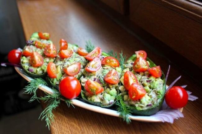 Салат с авокадо, тунцом и укропом
