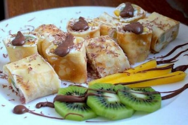 Роллы из блинов с творогом, манго, грушей и киви