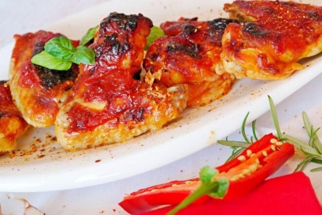 Запеченные куриные крылышки в медово-томатном маринаде