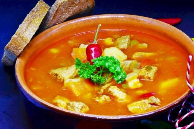 Венгерский суп-гуляш из говядины с острым перцем и паприкой