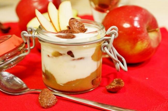 Десерт с яблочным пюре и сметанным муссом