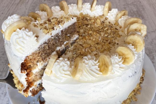 Банановый торт со сгущенкой, сливочным сыром и орехами