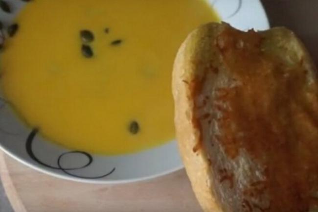 Тыквенный суп-пюре с сельдереем, морковью и чесноком