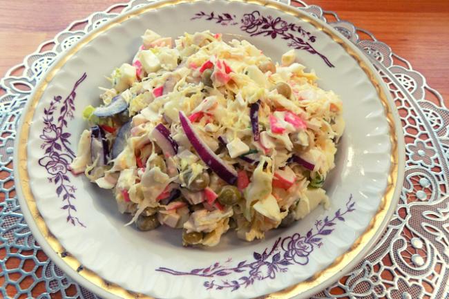 Салат из капусты с крабовыми палочками, яйцом и зеленым горошком