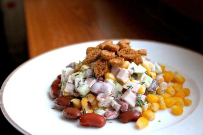 Салат с ветчиной, кукурузой, фасолью, огурцами и сухариками