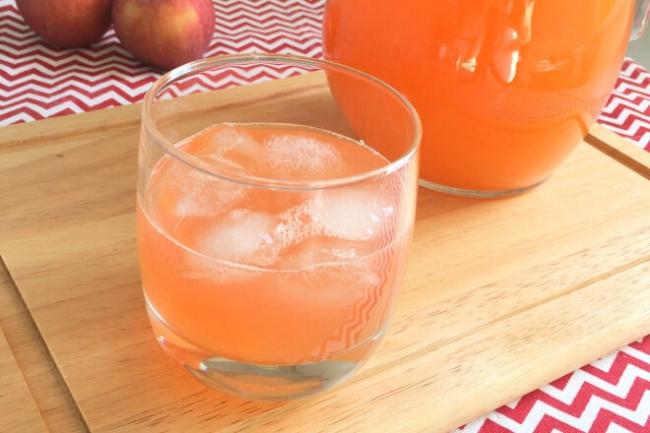 Летний персиковый лимонад