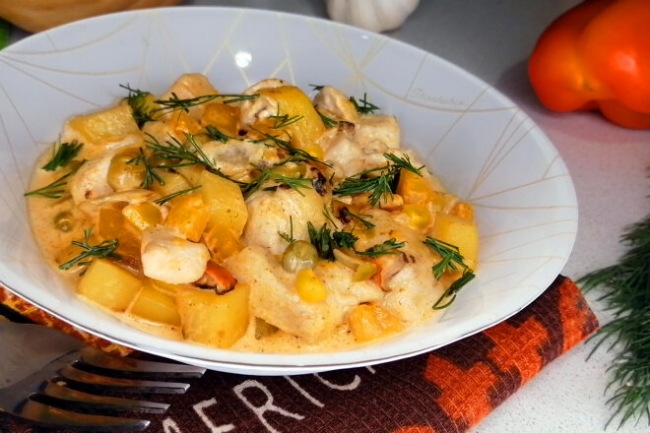 Бобо из куриного филе с овощами в сливочном соусе