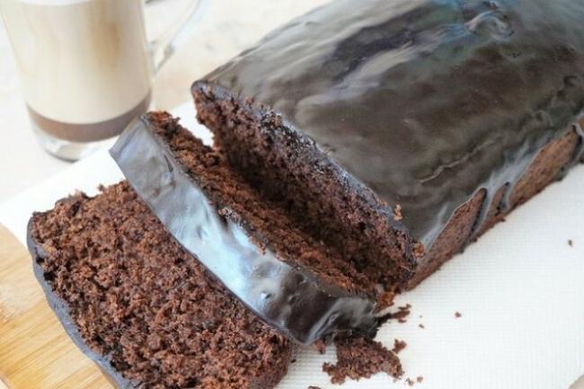 Шоколадно-банановый кекс в глазури с бренди