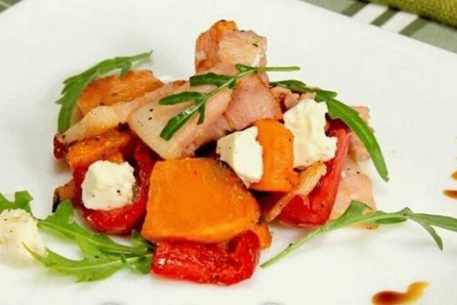 Салат тыквенный с рукколой и беконом