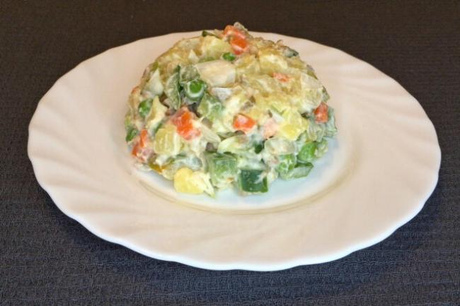 Картофельный салат с болгарским перцем и оливками