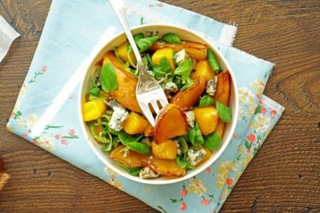 Салат с персиками, манго и голубым сыром