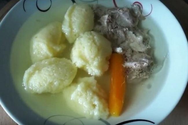Простые клецки из манки для супа