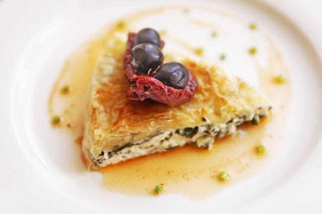 Греческий пирог из теста фило с сыром Фета и шпинатом