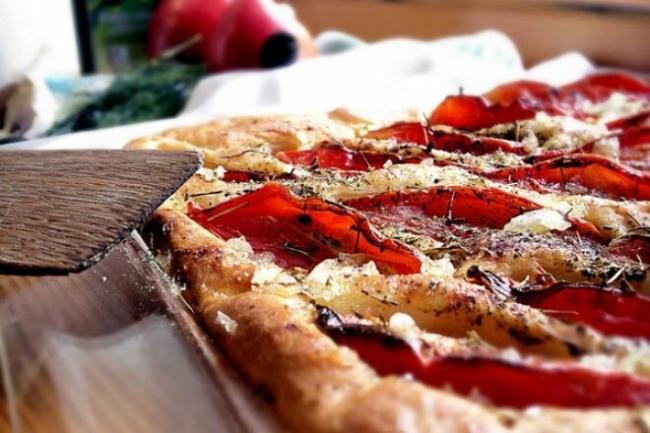 Фокачча с сыром, чесноком и помидорами