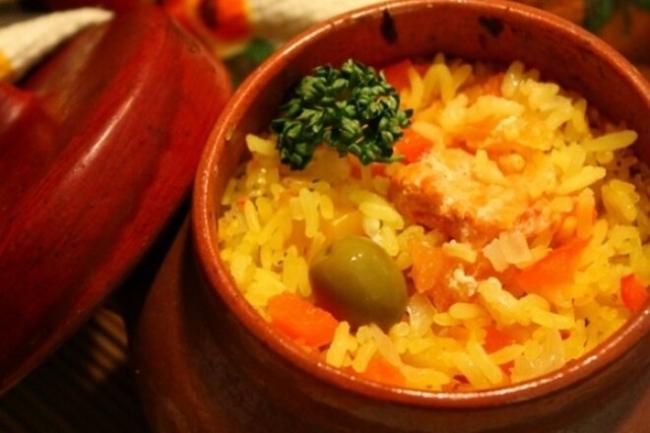 Плов с красной рыбой и овощами в горшочках