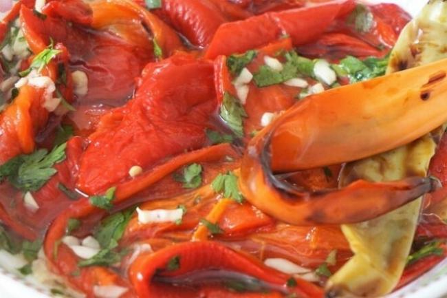 Салат из красного сладкого перца с чесноком