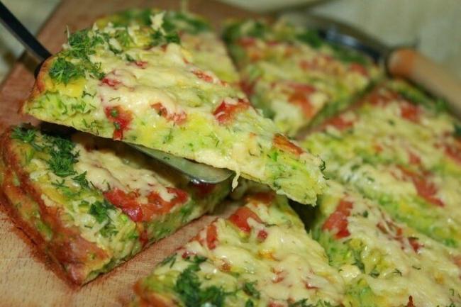 Пицца из кабачков с курицей и помидорами