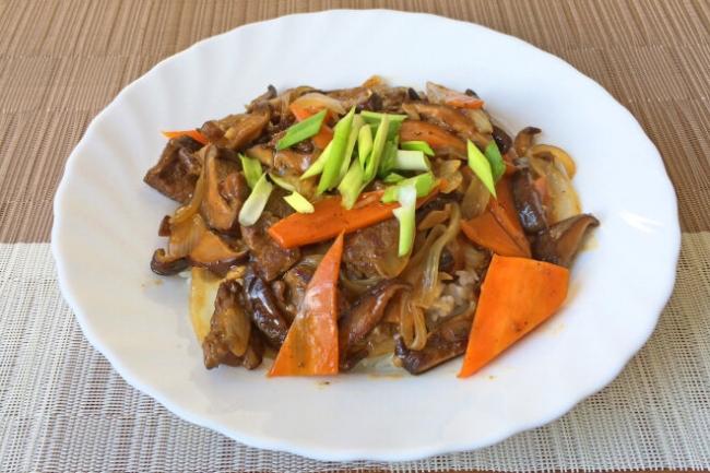 Говядина с грибами шиитаке и овощами