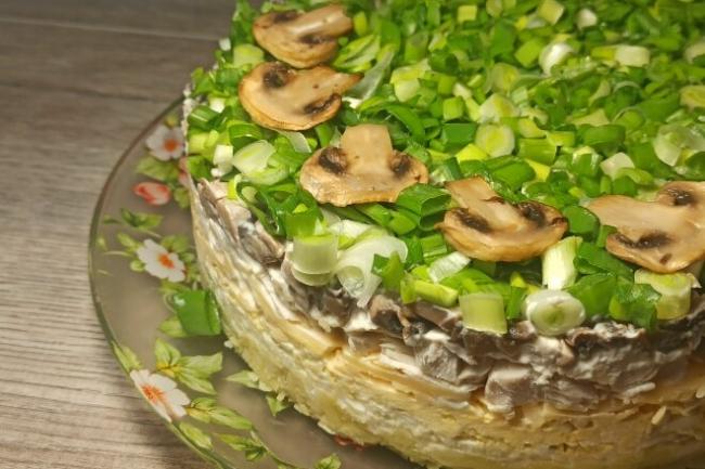 Слоеный салат с картофелем, грибами и курицей