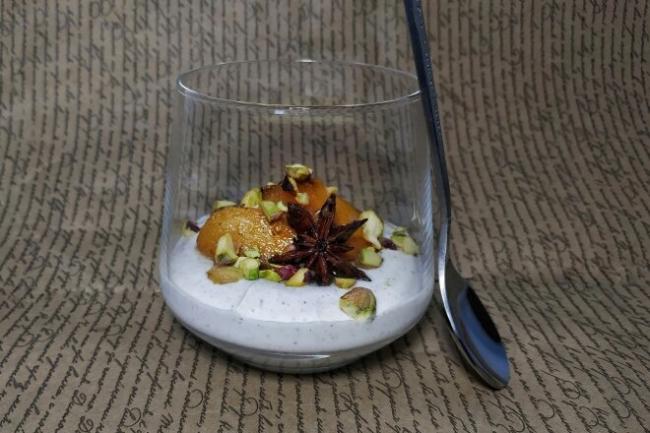 Парфе с йогуртом, запеченной хурмой и фисташками