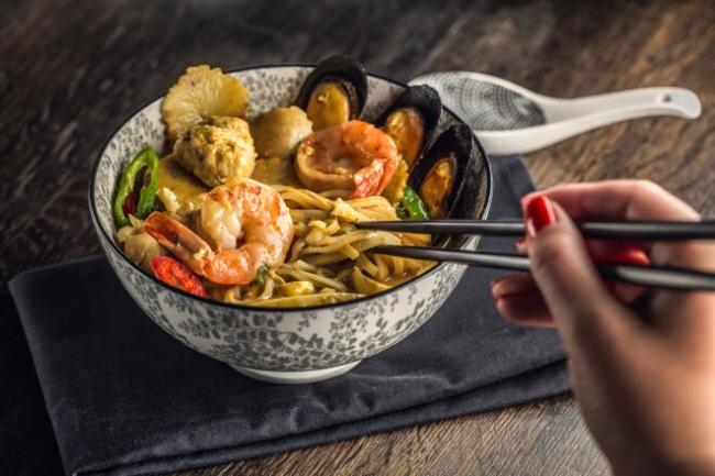Лапша вок с морепродуктами и фасолью