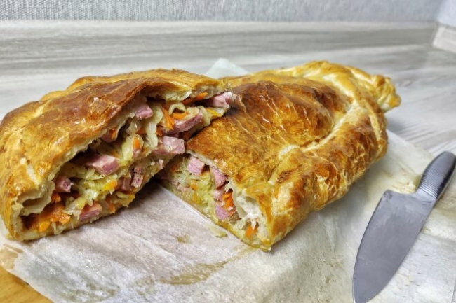 Пирог с капустой и колбасой из готового слоеного теста
