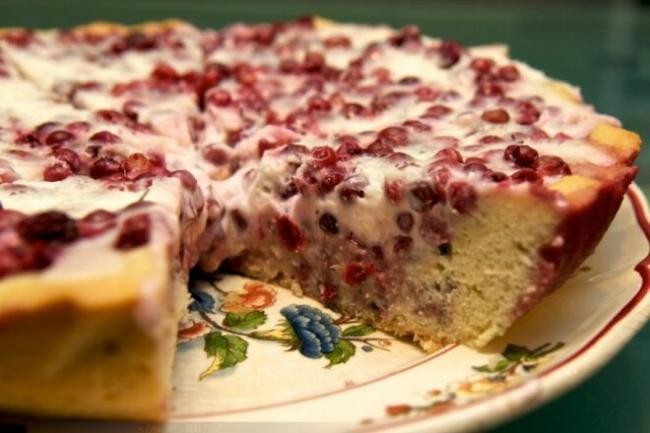 Брусничный пирог со сметанной заливкой в духовке