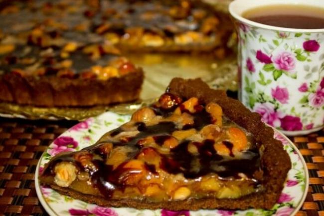 Шоколадно-сливочный тарт с орехами